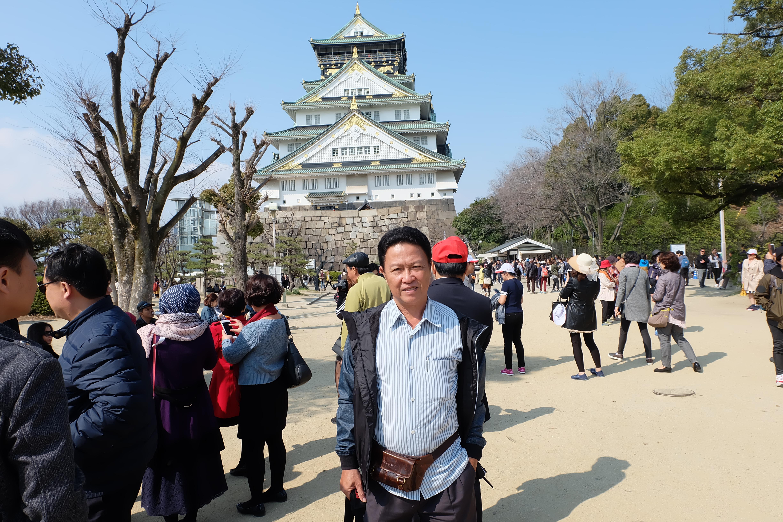 Nhật bản là một cường quốc tại châu á về kinh tế và có nền văn hóa đa dạng . Ngoài ra , Đất nước Nhật Bản cũng được tạo hóa ban cho những phong cảnh thiên nhiên đẹp như mơ . Những danh lam thắng cảnh của Nhật Bản không ít lần khiến Tôi phải ngẩn ngơ về vẻ đẹp đến lạ lùng của đất nước này . vào mùa xuân, chúng Ta  sẽ được chiêm ngưỡng núi Phú Sĩ tràn ngập sắc hoa anh đào , hòa quyện cùng khung cảnh ấm áp đã tạo nên một bức tranh hài hòa về màu sắc, khiến cho mọi người ghé qua có cảm giác an lòng đến lạ. Hoa anh đào là quốc hoa của Nhật Bản. Hoa anh đào đem lại những kí ức đẹp đẽ , Hoa anh đào là một phần không thể thiếu đối với người dân và vì thế có rất nhiều lễ hội, sự kiện trong suốt một mùa hoa. Hoa anh đào rất mau tàn, tượng trưng cho một giai đoạn chuyển biến tự nhiên của cuộc sống. Nó gợi cho chúng ta nhớ đến những điều nhanh đến và nhanh đi và rằng cuộc sống xinh đẹp này quá ngắn ngủi...